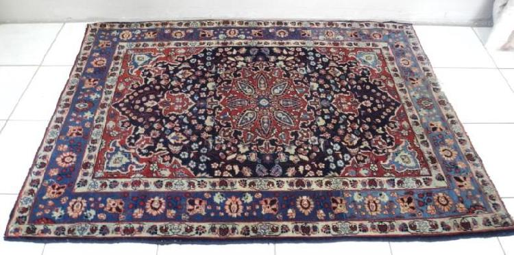 A stunning hand-made vintage persian carpet (140cm x 188cm)