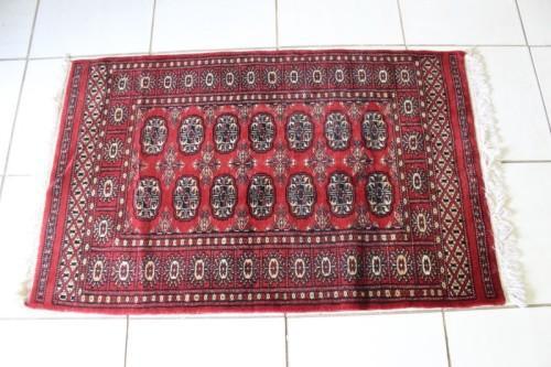 A stunning vintage pakistani persian 100% wool carpet (134cm