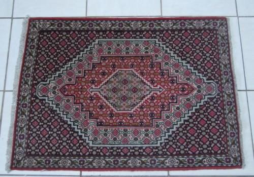 A stunning vintage persian senneh rug (102cm x 77cm) in good