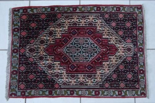 A stunning vintage hand knotted persian senneh rug (102cm x