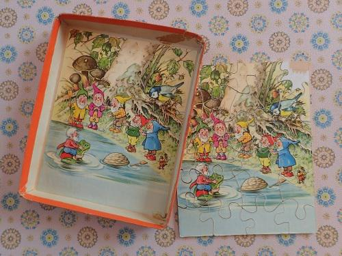 Very rare 1950's double-sided 24 piece wooden puzzle -