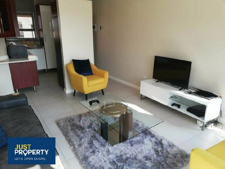 Modern two bedroom flat to rent in security complex.
