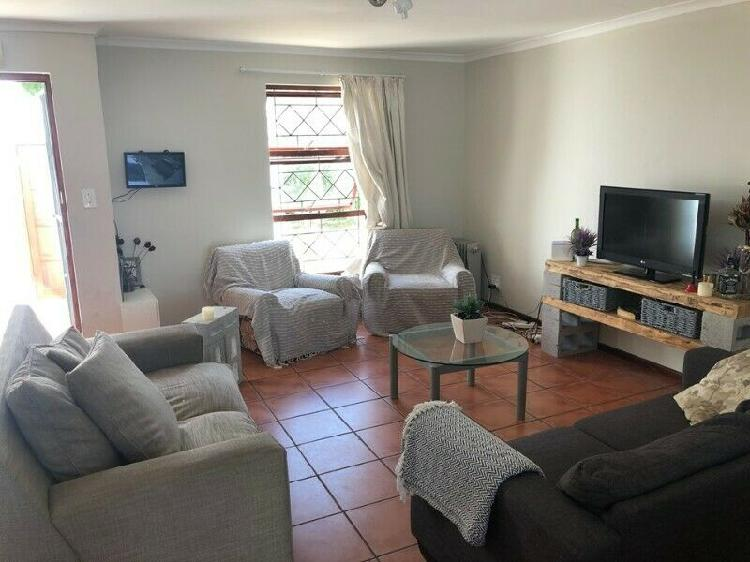 2 rooms available on campus in a 3 bedroom house