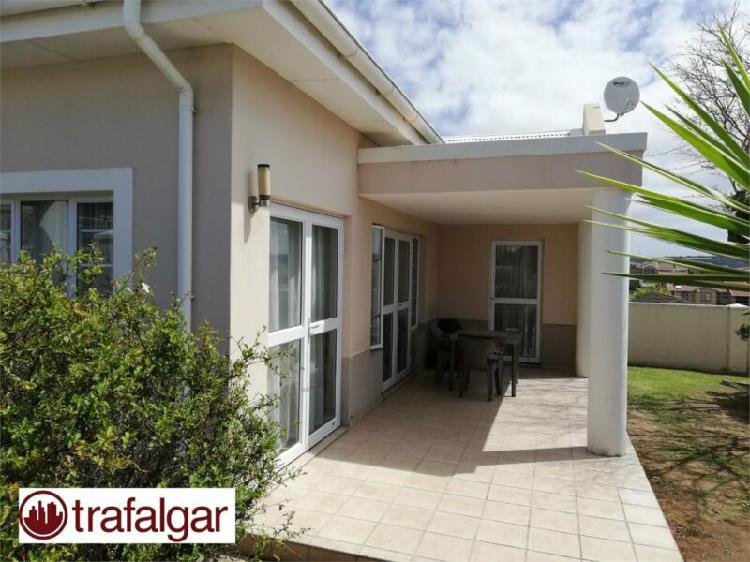 Three bedroom townhouse available to rent in beacon bay-r8