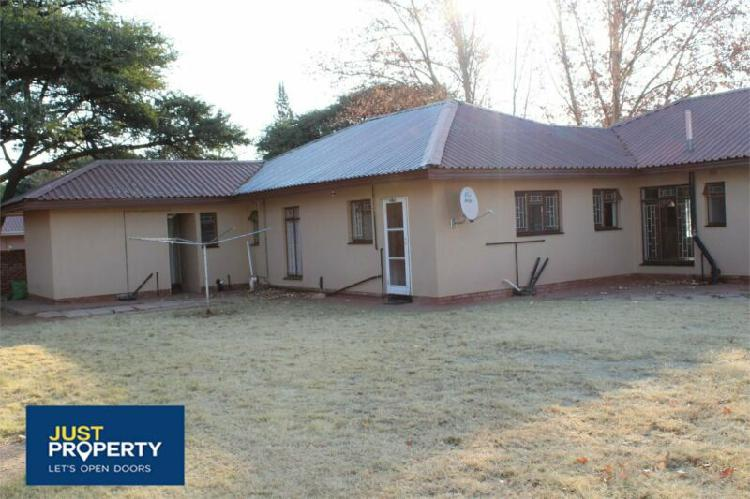 Three bedroom house for sale with two bedroom flatlet.
