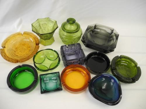 A box of 14 assorted coloured glass bowls and ashtrays. xmas