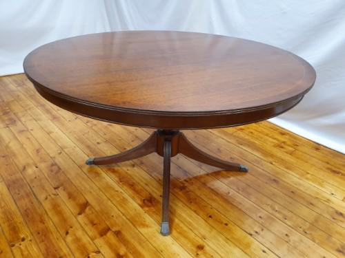 A wonderful claw footed round dining table (138cm x 76cm).