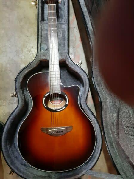 Yamaha apx500 semiaccoustic guitar & extra strings set