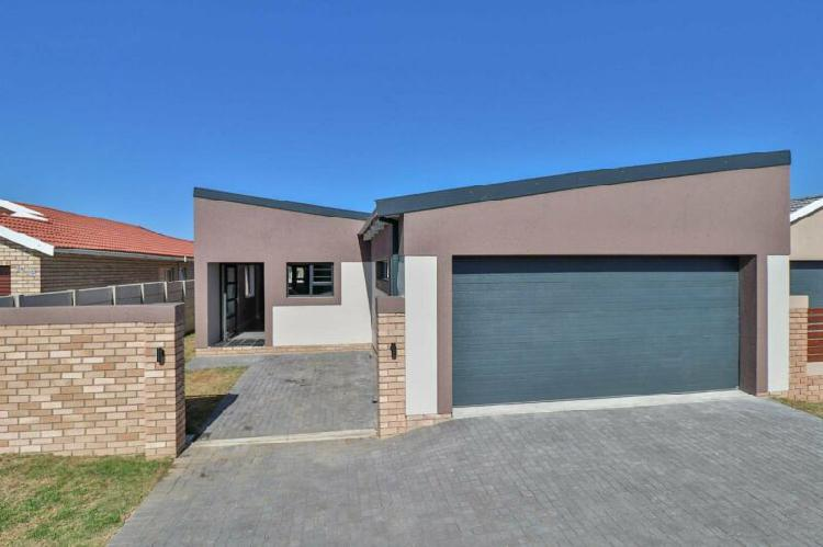 Modern 3 bedroom home for sale in pinelands dream family