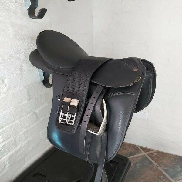 """Wintec Dressage 16"""" (2 gullets and cleaner included) Fitted"""