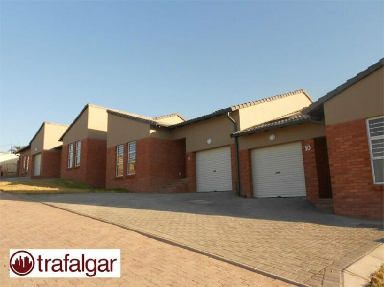 Stunning 3 bedroom townhouse to rent in beacon bay, east