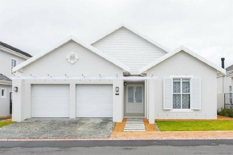 A delightful 3 bedroom house situated on val de vie estate
