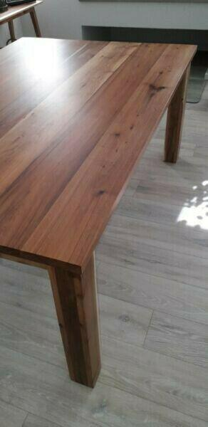 Incanda dining table