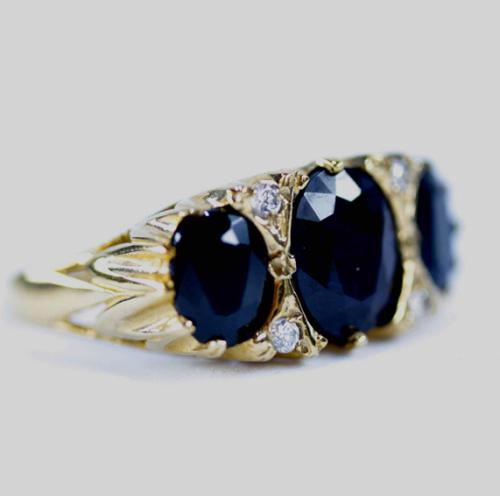 Large vintage dark 2,2ct sapphire 9ct yellow gold ring white