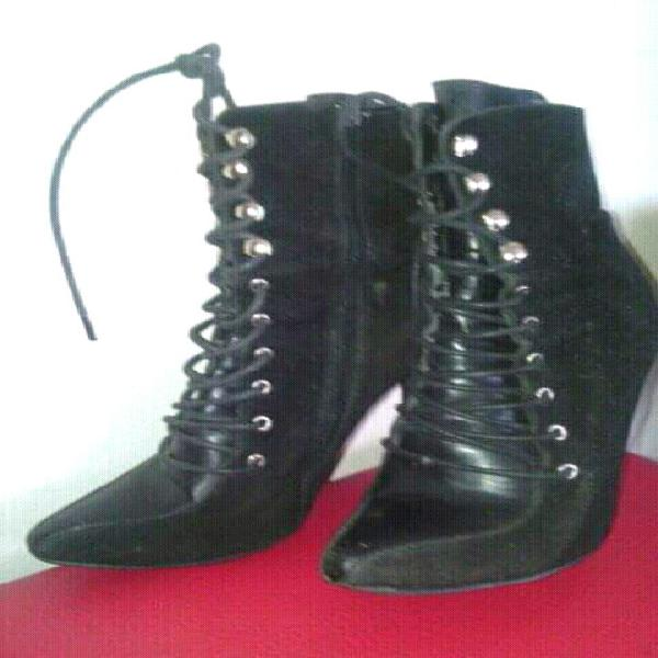Pair of stunning luelle ankle boots for sale