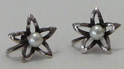 A dainty pair pearl screw on earrings set in 835 silver