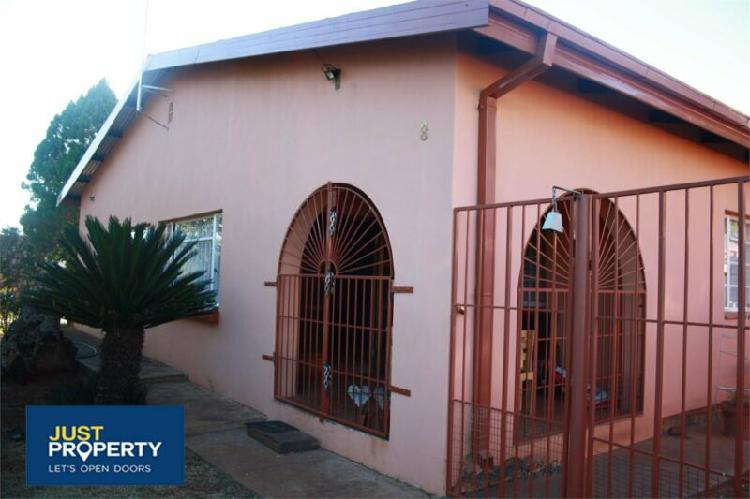 4 bedroom house on small holding for sale in kuruman