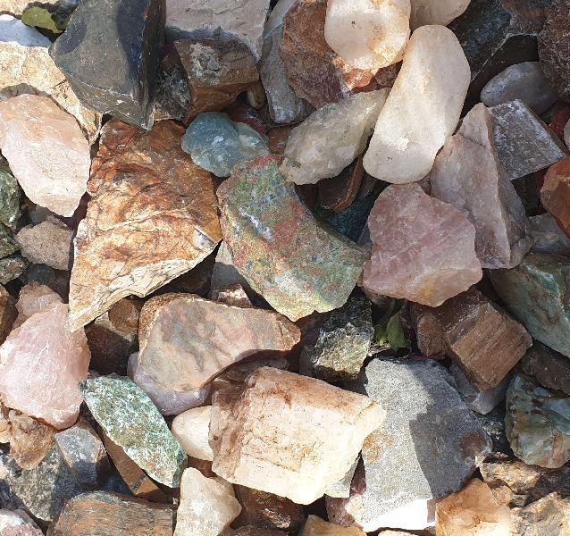 Assorted rough stones, sold per kilogram - silver hills