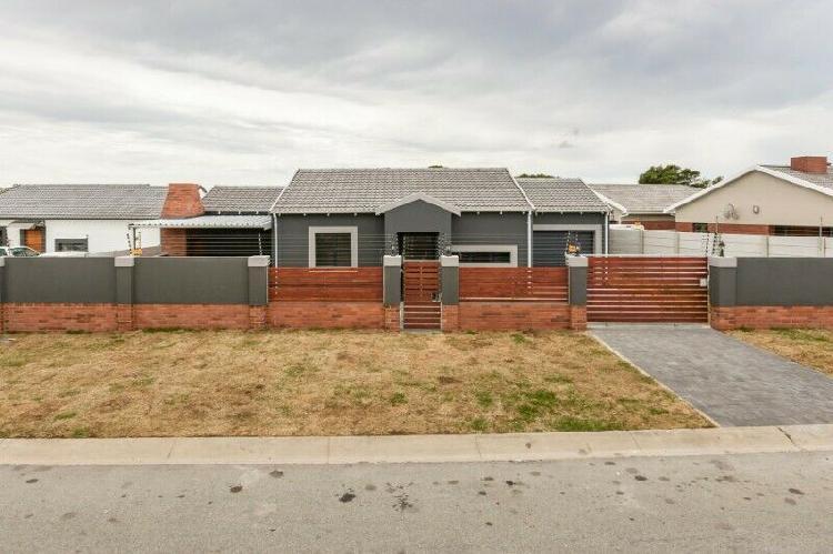 Modern, 3 bedroom, 2 bathroom home to rent in pinelands