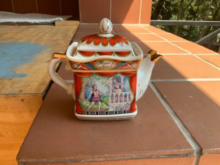 Vintage Sadler 'Romeo and Juliet' teapot