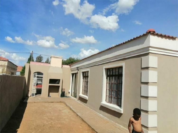 This lovely 3 bedroom family house is for sale in mandela