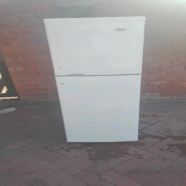 Kic fridge & freezer 223 litres excellent condition