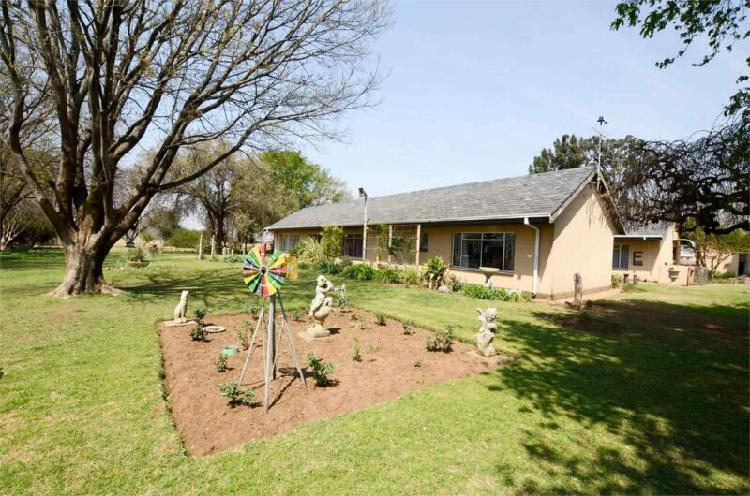 8.5ha hoewe geleë in potchefstroom met 2 wonings en 1