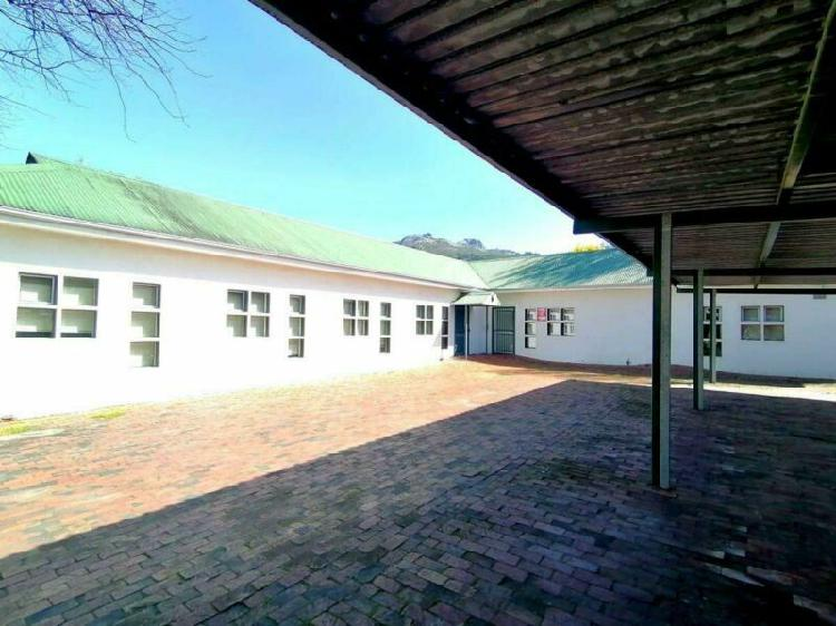Very neat & versatile property to let in paarl